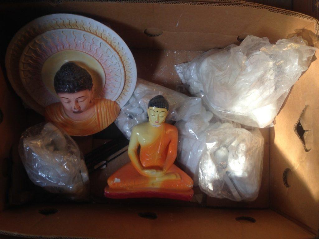 Kiste mit zerbrochenen Buddhastatuen aus dem Archiv