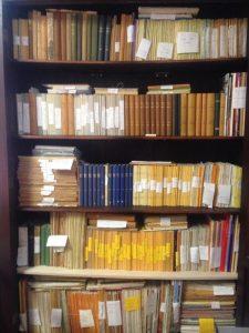 Zeitschriftenschrank des Archivs des Buddhistischen Hauses