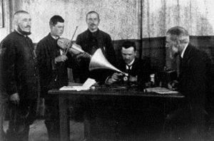 Carl Stumpf (rechts) und Georg Schünemann nehmen mit einem Phonographen tatarische Musiker auf.